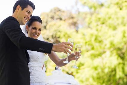 Brautpaar stösst auf Hochzeitsfeier an