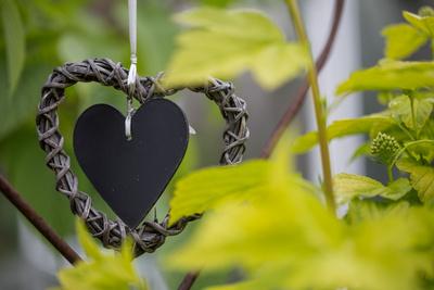 Dekorationselement-mit-Herz-im-Garten