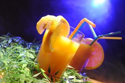 Fruchtcocktail-mit-Hawaii-Deko