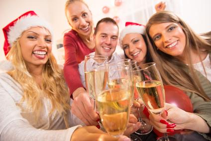 Gäste stossen an auf Silvesterparty