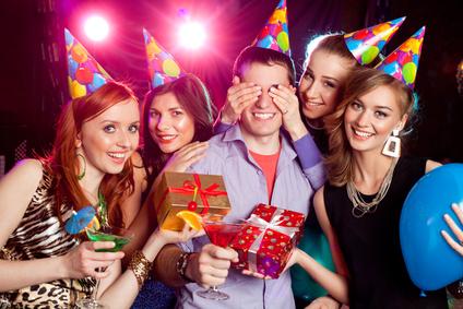 Partygäste mit Partygeschenken zur Überraschung