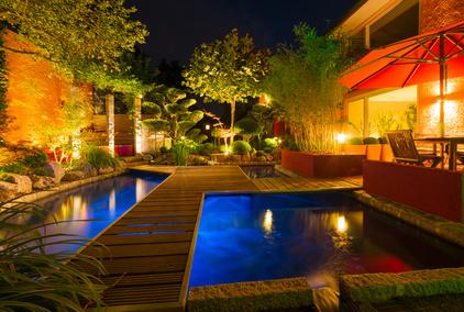 Dekorierter Garten für eine Feier bei Nacht