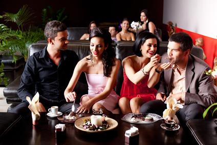Geburtstagsgäste essen Partysnacks