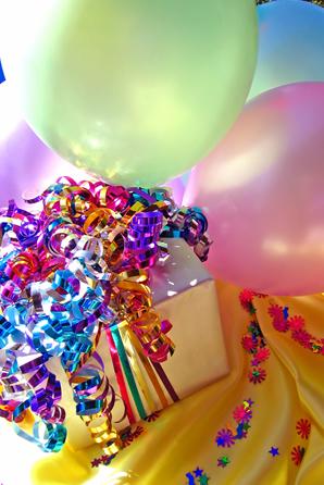 Geschenk-und-Luftballons