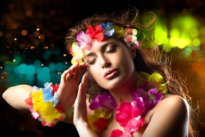Party Gast beim exotischen Limbo Tanz