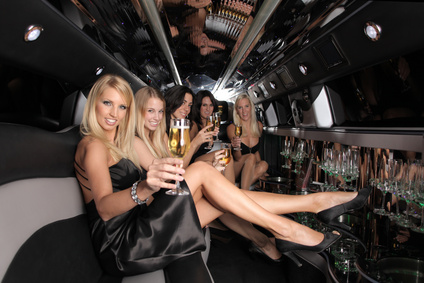 Junggesellinnengruppe in Stretch Limo