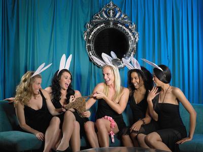 Gruppe Mädels beim Junggesellinnenabschied in Verkleidungen