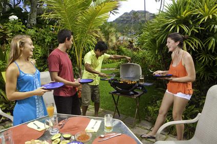 Partygäste haben Spaß beim Barbecue