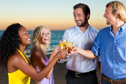 Partyurlaubgäste auf Ios stossen an
