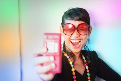 Lustiger partygast mit Handy Gadget