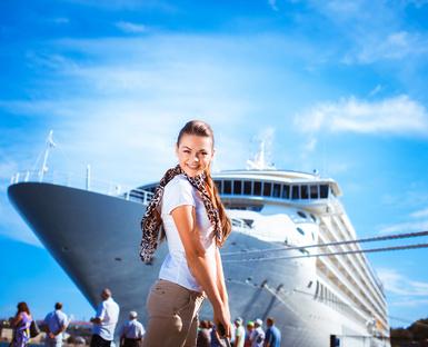 Frau vor einem Party Keuzfahrtschiff