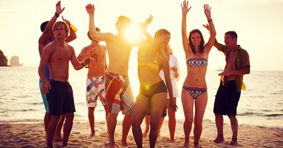 Party Urlauber am Strand von Ibiza