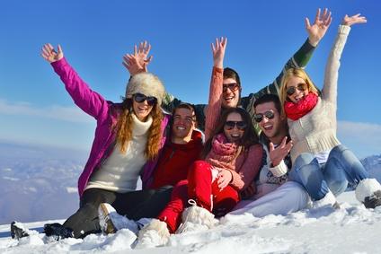 Skifreunde feiern gemeinsam im Schnee