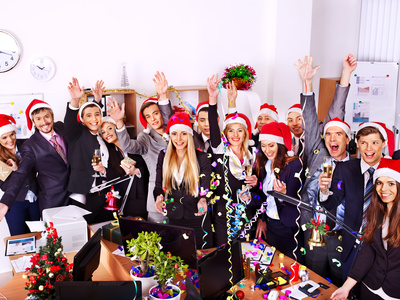 Kollegen feiern Weihnachtsparty im Büro