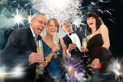 Partygäste sind zufrieden und amüsieren sich