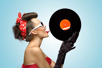Frau leckt an 80er jahre Schallplatte