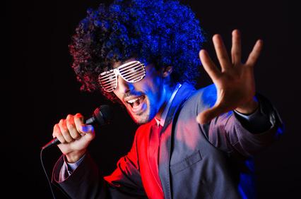 Aufgestylter Partygast singt einen Song