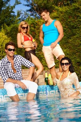 Sommerpoolparty mit fröhlichen Gästen