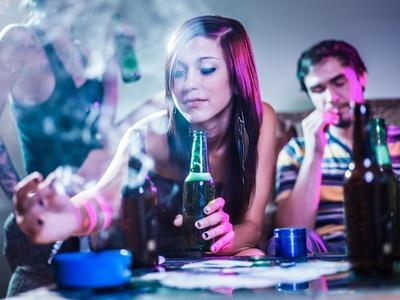 Fröhliche Gäste feiern auf Hausparty
