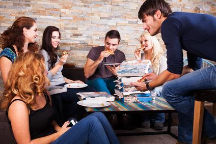 Freunde zusammen auf Einweihungsparty mit Pizza