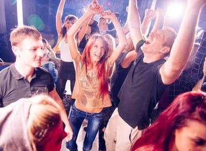 Freunde feiern im eigenen Partykeller