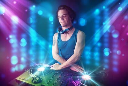 DJ wird von Partylichtern angestrahlt
