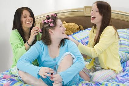 Fröhliche Mädels in Pyjama feiern