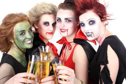 Partygäste im Gruseloutfit