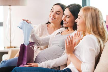 Junge Mütter als Gäste auf einer Babyparty