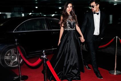 Partygäste aud dem Weg zu Hollywoodparty