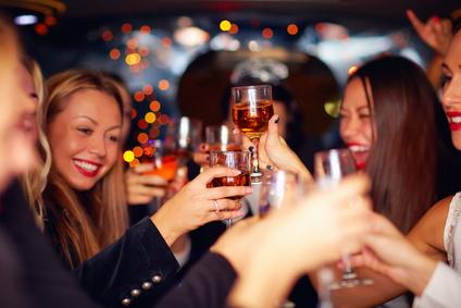Gäste feiern auf Jubiläumsparty