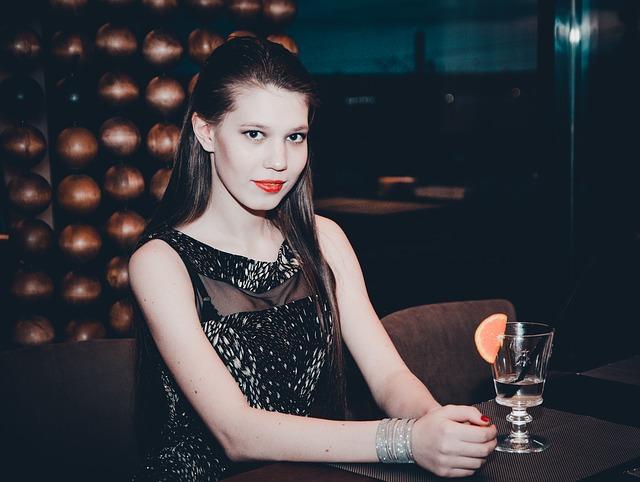 Partygast-in-schwarzem-Cocktailkleid
