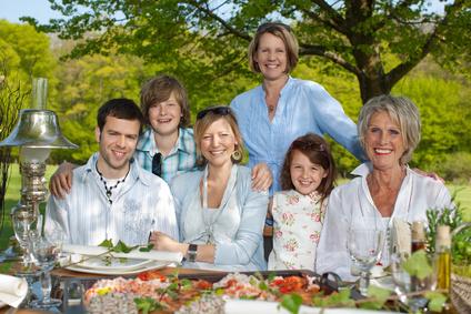 Familienfeier in der Natur mit leckerem Essen